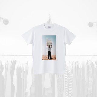 Tシャツデザイン − 飾りを付ける女性