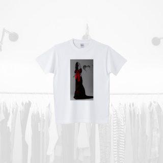 Tシャツデザイン − 飾りつける女性