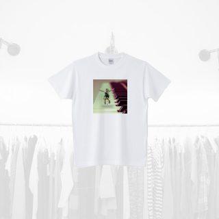 Tシャツデザイン − ピアノの上で踊る子供の女の子