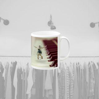 マグカップ − ピアノの上で踊る子供の女の子