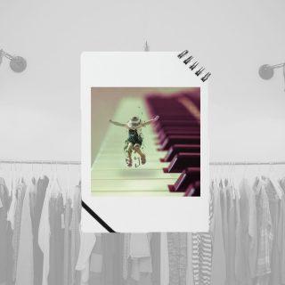 ノート − ピアノの上で踊る子供の女の子