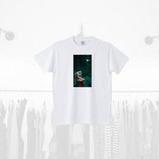 Tシャツデザイン − 葉から滴る雫を浴びる女性