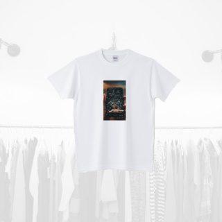 Tシャツデザイン − スマホでくつろぐ女性